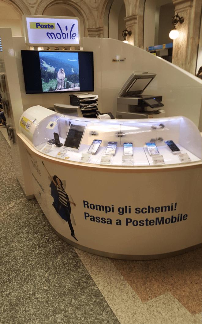 Photo : Comptoir de PosteMobile dans un bureau de poste italien.